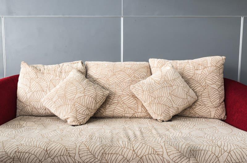 Подушки на удобной софе стоковые изображения