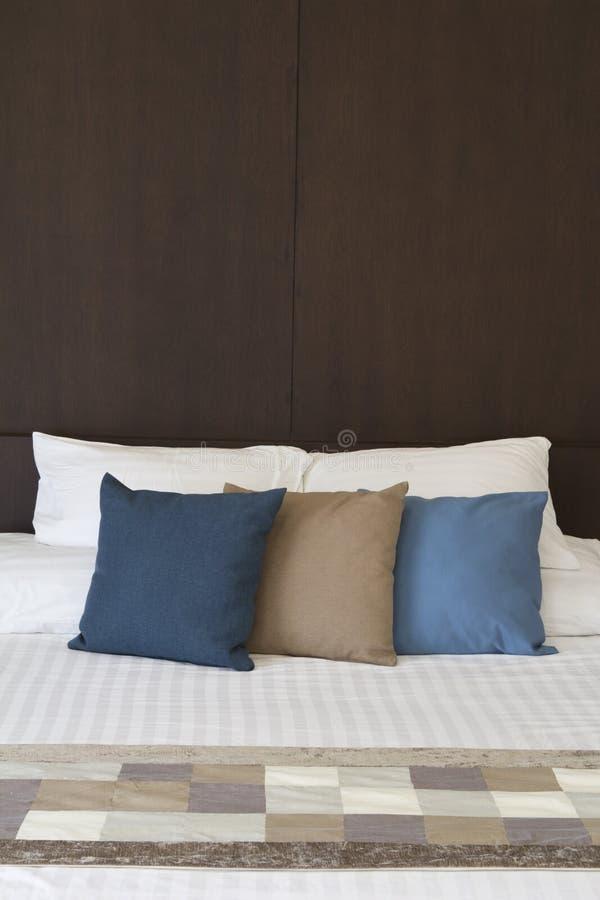 Подушки headboard и вычуры кровати стоковая фотография