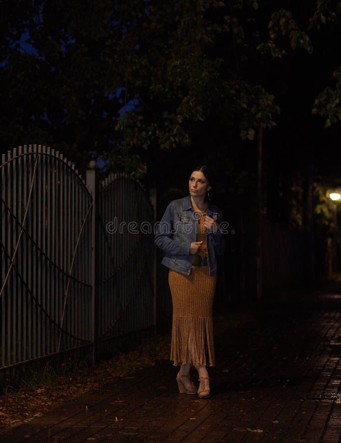 Под уличными светами стоковые фотографии rf