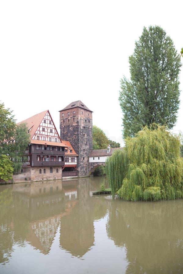Полу-timbered дом и средневековая башня в старом городке Nuremb стоковое фото