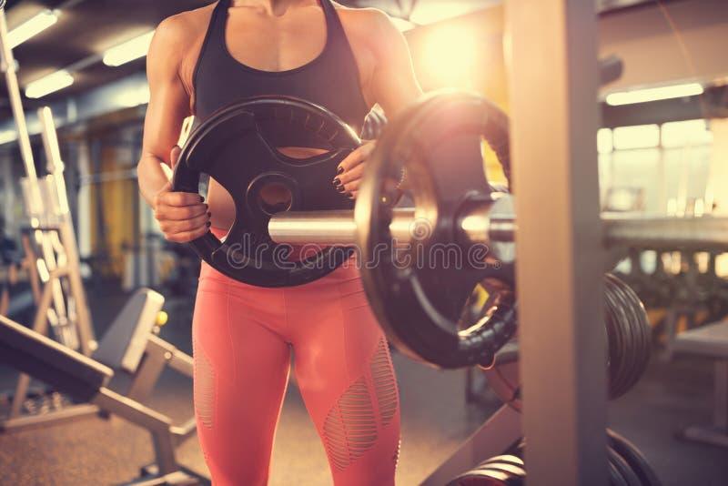 Подходящая девушка в спортзале, концепции стоковое изображение rf