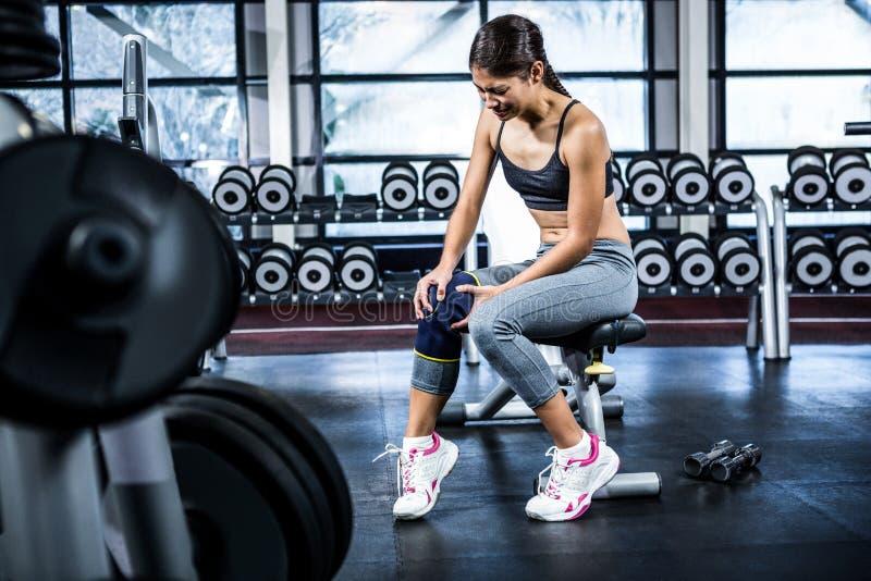 Подходящая женщина имея боль коленей стоковое фото