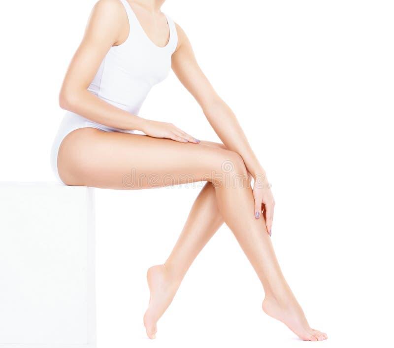 Подходящая и sporty девушка в белом нижнем белье Красивый и здоровый wo стоковое изображение rf