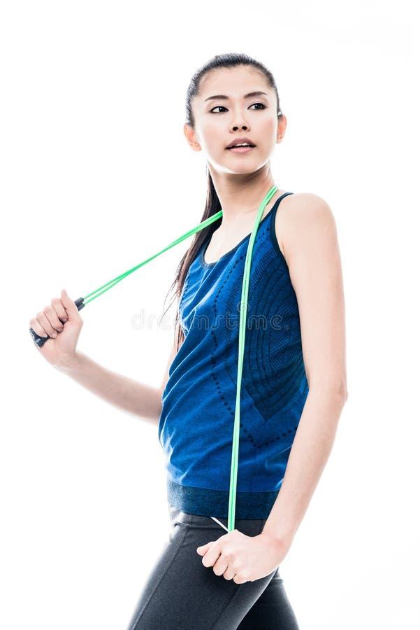 Подходящая молодая азиатская женщина с прыгая веревочкой стоковые изображения rf