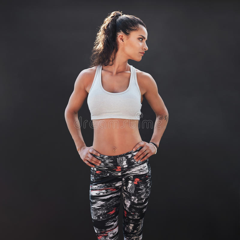 Подходящая молодая женская модель стоковые фото