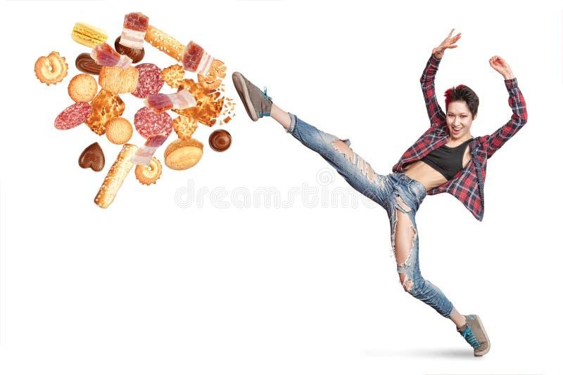 Подходящая молодая женщина воюя плохую еду стоковое фото rf