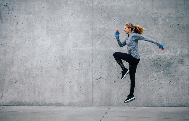 Подходящая молодая женщина делая cardio тренировку интервала стоковое фото