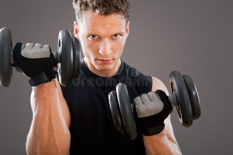 Подходящий мышечный человек стоковая фотография