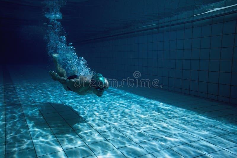 Подходящий пловец тренируя самостоятельно стоковые фотографии rf