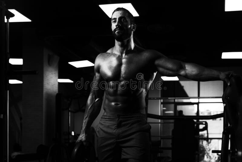 Download Подходящий человек держа весы в руке Стоковое Фото - изображение насчитывающей строения, привлекательностей: 81814904