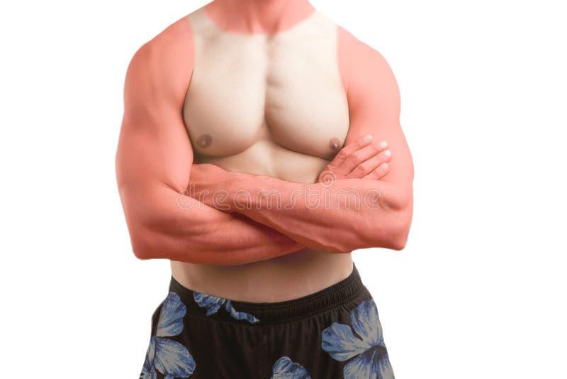 Подходящий человек стоя в пляже с загаром стоковые фото