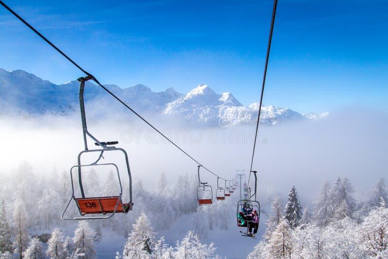 Подъемы лыжи на горы в зиме, Словению Vogel стоковое фото rf