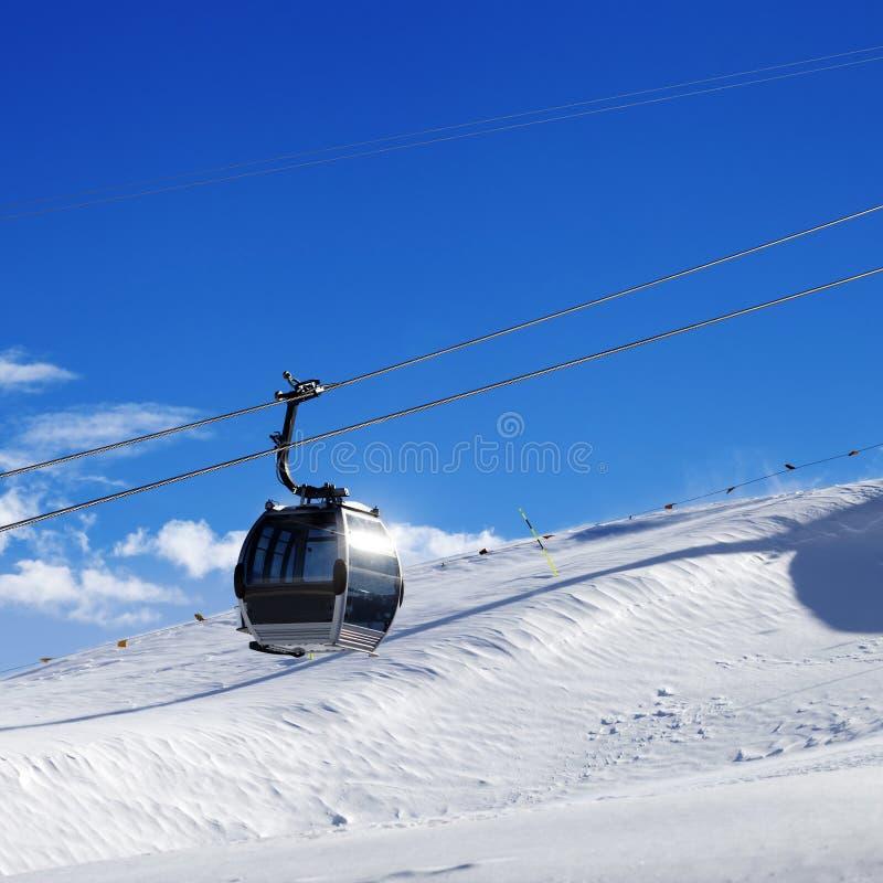 Подъем гондолы на лыжный курорт на дне ветра солнца стоковая фотография rf