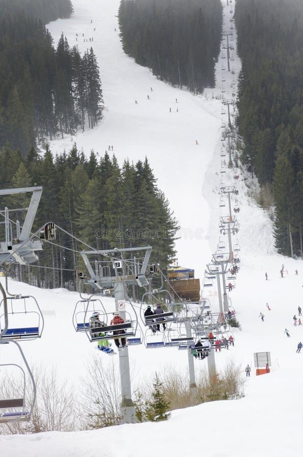 Подъем и наклон лыжи на курорт зимы стоковые фотографии rf