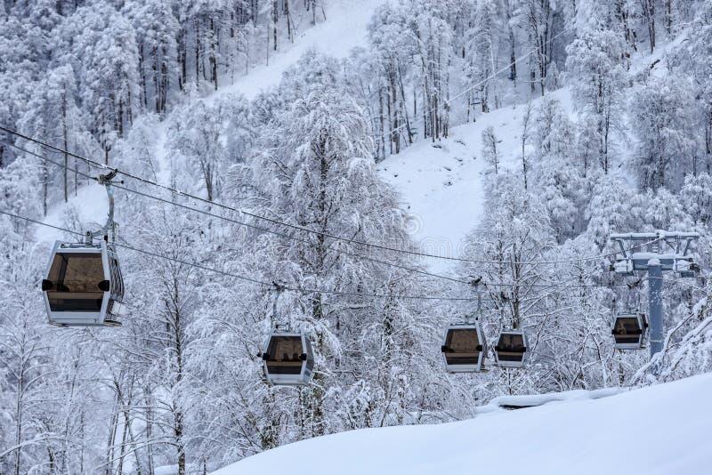 Подъем кабины кабел-крана на пейзаж предпосылки леса зимы красивый стоковые изображения rf
