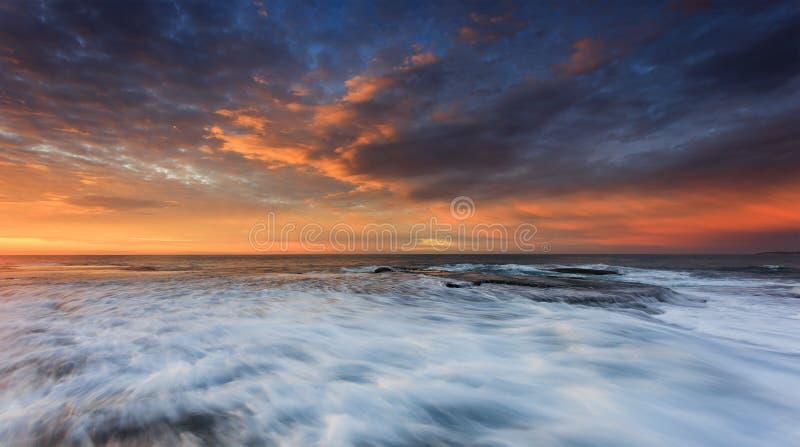 Подъем прибоя Вейл Mona моря быстрый стоковая фотография