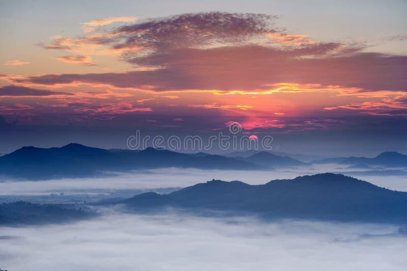 Подъем солнца на гору стоковые изображения rf