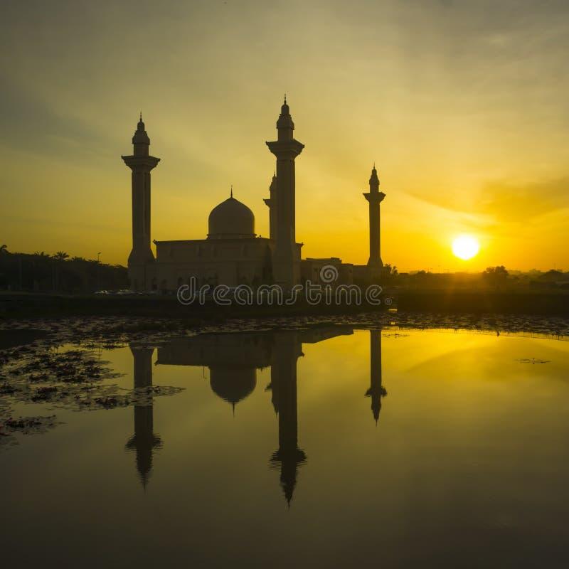 Подъем Солнця на заднюю часть мечети Tengku Ampuan Jemaah стоковое изображение rf