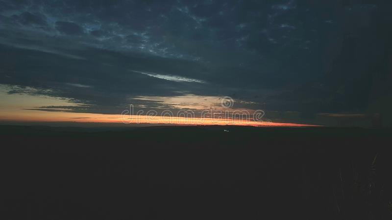 Подъем Солнця над равниной Солсбери, Уилтширом Великобритания стоковое изображение rf