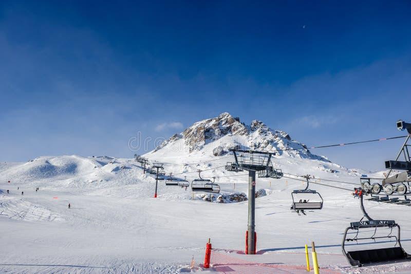 Подъем лыжи в горы на зиме стоковая фотография