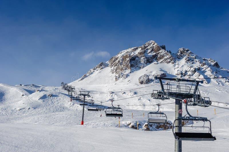 Подъем лыжи в горы на зиме стоковые фотографии rf