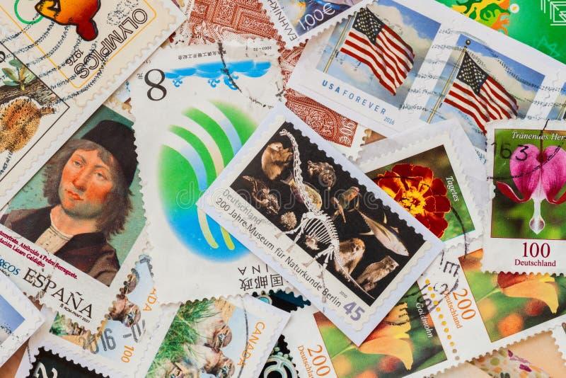 Польза старые используемые штемпеля почтового сбора напечатали, текстура пригорошни бумаги стоковое изображение
