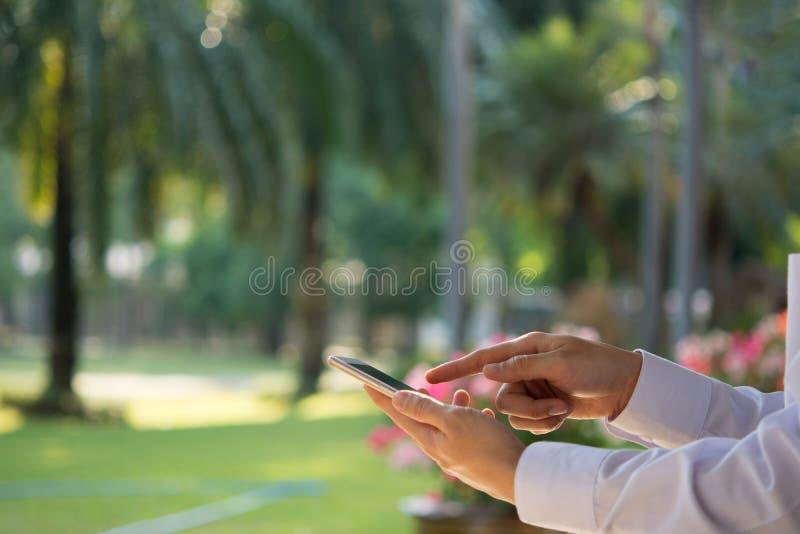 Пользы технологии электронной коммерции бизнесмены мирового рынка интернета стоковое фото