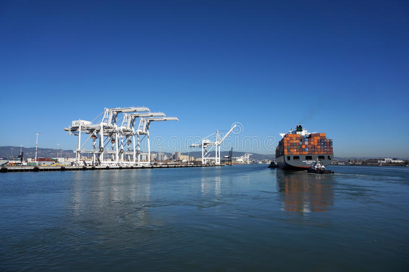 Польностью нагруженная шлюпка груза доставки нажала через гавань стоковая фотография rf