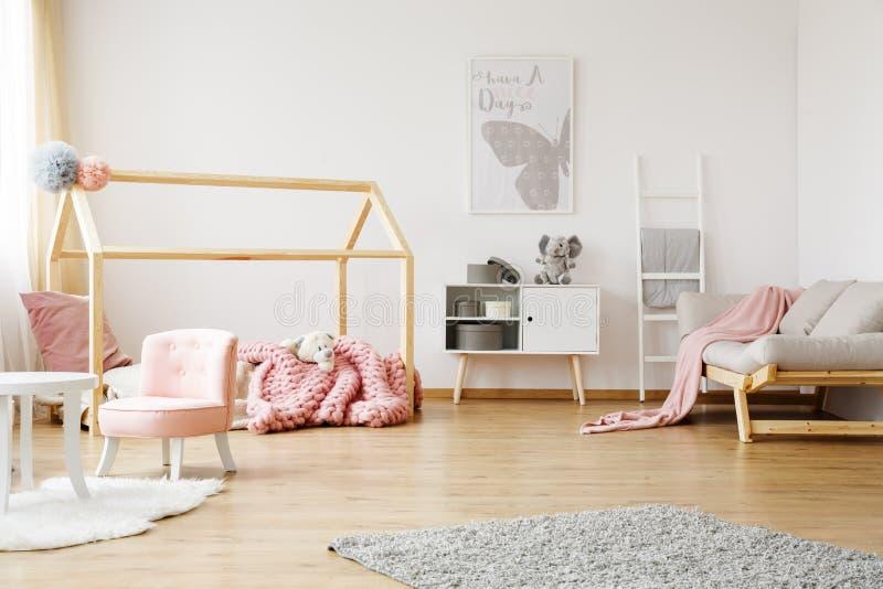 Польностью обеспеченная комната ` s девушки стоковое фото