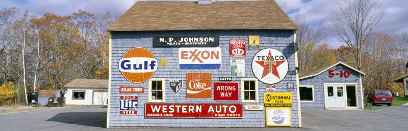 Полюбите амбар с дорожными знаками, Orland, Мейн стоковое изображение rf