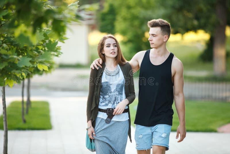 полюбите молодых пар на прогулке в городе стоковая фотография
