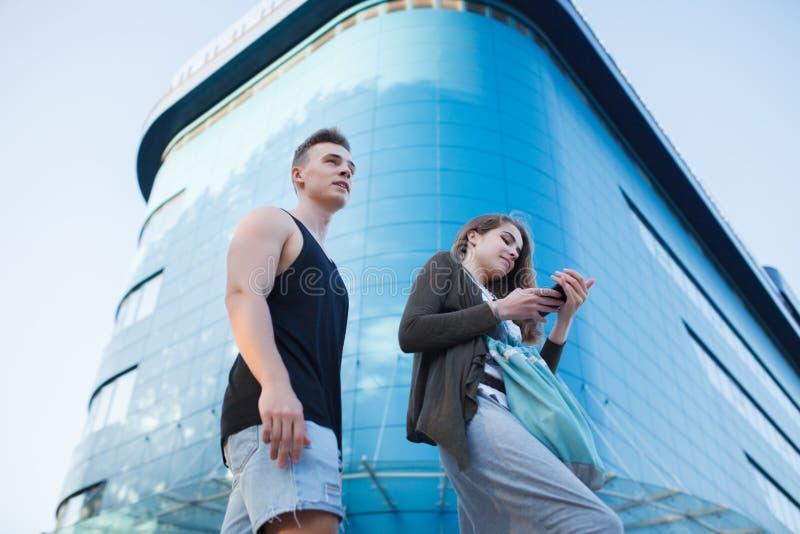 полюбите молодых пар на прогулке в городе стоковое изображение