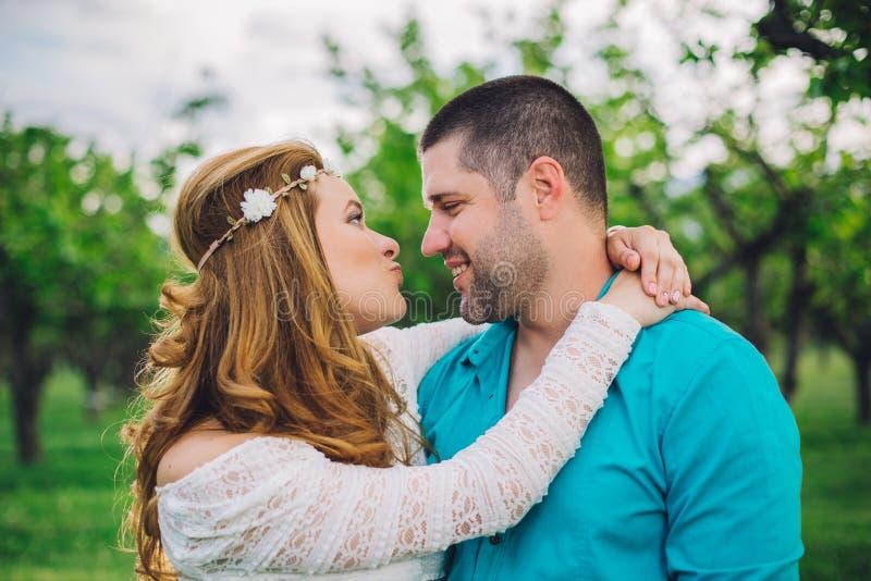 полюбите пар в древесине вишни на заходе солнца весны стоковые фото