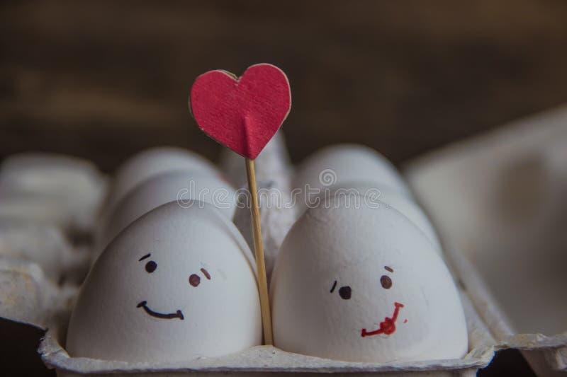 Полюбите пар яичек с сердцем в коробке стоковые фото
