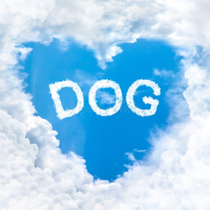 Полюбите предпосылку голубого неба облака слова собаки только стоковая фотография rf