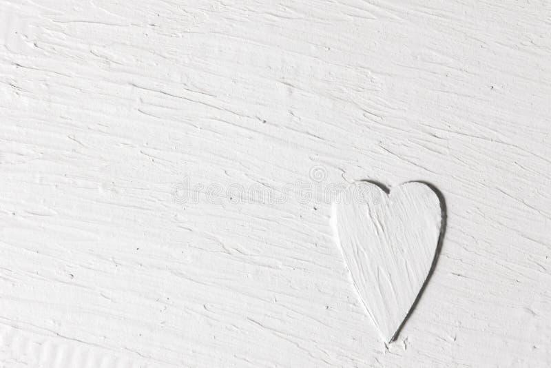 Полюбите фон, белое сердце сброса, поверхность штукатурки стоковое фото rf