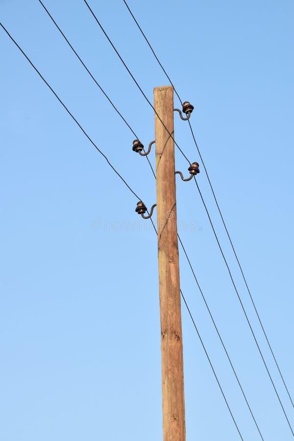 Поляки с кронштейнами и проводами для передачи электричества стоковое изображение rf