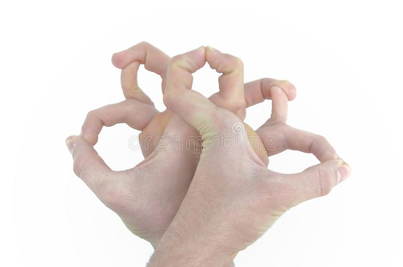 Правая и левая мужская рука, пальцы чего покажите картину на белой предпосылке стоковые фото