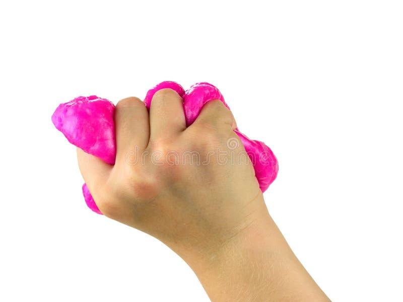 Правая рука младенца сильно сжимает красный шлам изолированный на белой предпосылке стоковая фотография