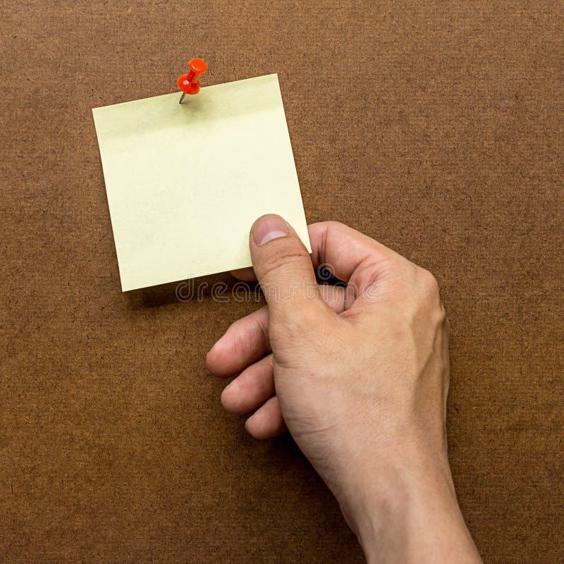 Правая сторона держа бумагу примечания столба стоковая фотография rf