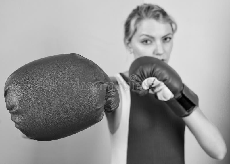 Права женщин Я тебя выгоню. Уверенность в своем боксе бокс улучшает самочувствие и волю Сконцентрировано на стоковые фотографии rf