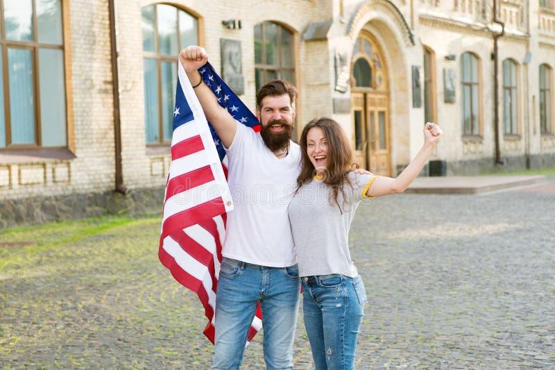 Права и свободы ядр к нашему гражданству Счастливые пары приобретая гражданство США Граждане США держа американский флаг стоковая фотография