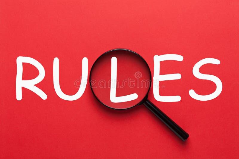 Правила написанные на красной предпосылке стоковое изображение rf