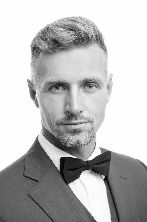 Правильный галстук Современный стиль джентльмена Гай хорошо ухоженный бородатый джентльмен носит смокинг Концепция парикмахерског стоковое фото