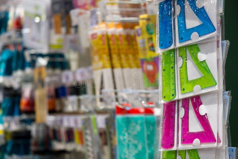 Правители студента в магазине на фоне других продуктов канцелярских принадлежностей стоковые изображения rf