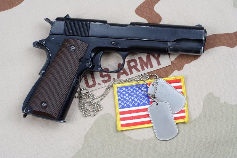 Правительство 1911 новичка с u S американский воин стоковые фотографии rf