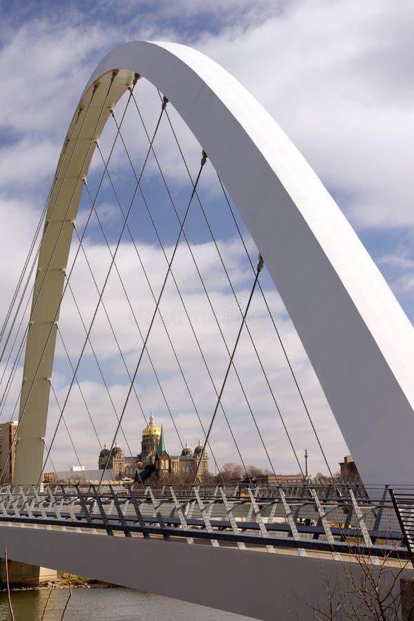 Правительства здания Des Moines Айовы мост прописного пешеходный стоковые фото