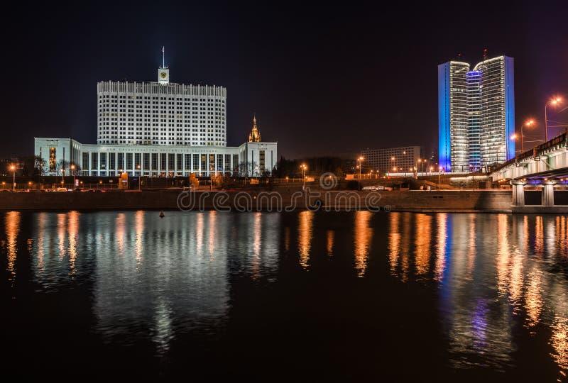 Правительство дома Российской Федерации на ноче стоковое изображение rf