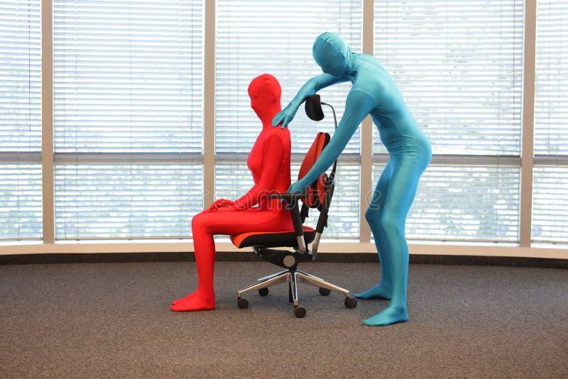 Правильное положение усаживания на тренировке кресла офиса стоковые фотографии rf