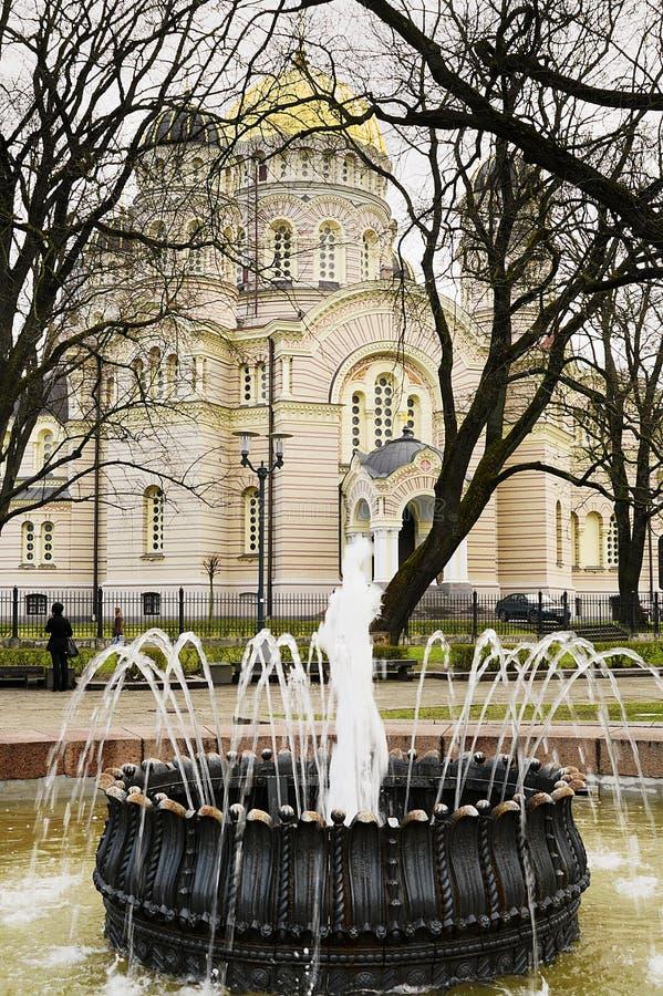 Правоверное рождество собора Христоса в Риге, Латвии и античном фонтане на переднем плане стоковая фотография rf